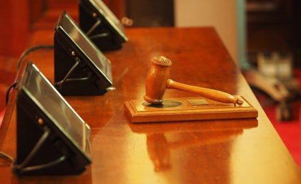 Acquérir un bien lors une vente aux enchères immobilière : pourquoi faire appel à un avocat ?